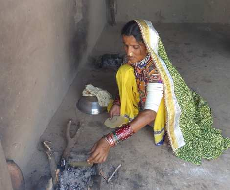 0 cooking roti over fire Bhuj 2 (46)