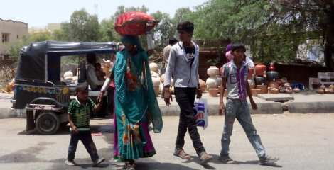 0 shopping woman carrying 2 Back from Bhuj 5 16 (89)