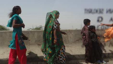 9 women at side of road Back from Bhuj 5 16 (63)